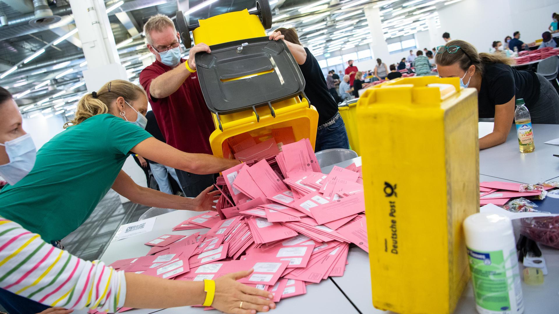 Wahlhelfer bereiten im Veranstaltungs- und Ordercenter (MOC) der Messe München die Auszählung der Briefwahl-Unterlagen vor.