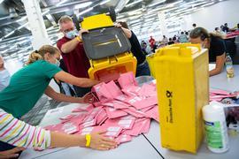Wahlhelfer bereiten im Veranstaltungs- und Ordercenter (MOC) der Messe München die Auszählung der Briefwahl-Unterlagen vor. Es wird damit gerechnet, dass diesmal so viele Menschen wie nie zuvor ihre Stimme per Briefwahl abgeben haben. +++ dpa-Bildfunk +++