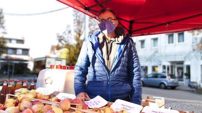 Johannes Jörger aus Fautenbach bietet am Samstag, 31. Oktober 2020, auf dem Acherner Wochenmarkt Äpfel und Apfelsaft an. Wie die anderen Händler auch, geht er auf Nummer sicher und behält seinen Mund-Nasenschutz auf. Foto: Michael Brück