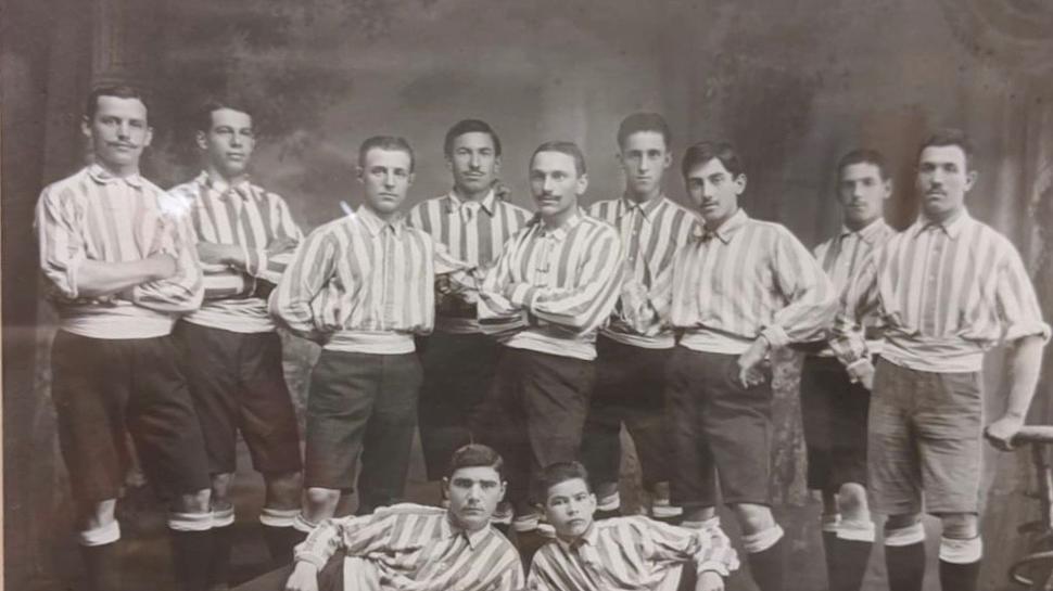 Der FC Mühlburg um 1907: Alban Weßbecher in der hinteren Reihe als Fünfter von links, rechts daneben Gottfried Wacker.