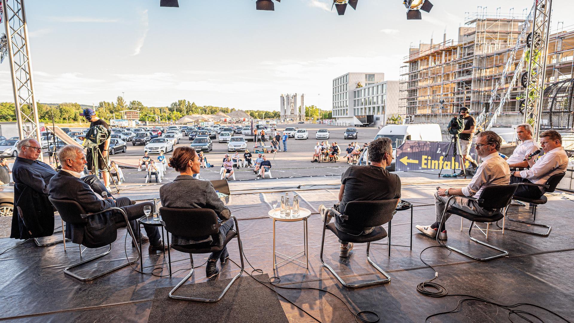 Argumente im Autokino: Kai Gruber, Rolf Dohmen, Dorothée Augustin, Moderator Bernd Gnann, Holger Siegmund-Schultze, Axel Kahn und Martin Müller (von links).