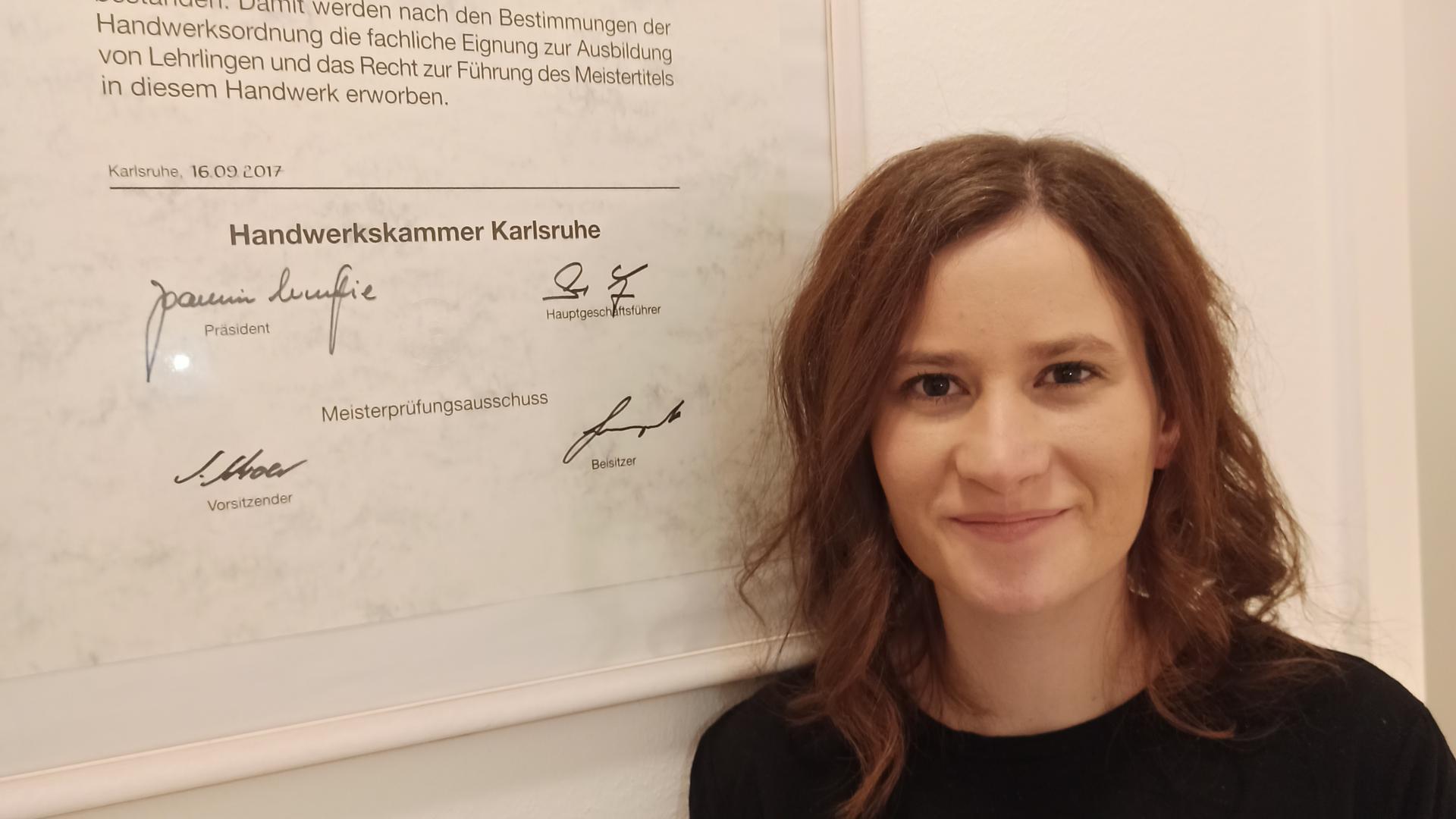 Maren Wallinger steht vor ihrem Meisterbrig im Elektrotechnikerhandwerk.