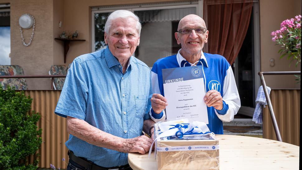 Heinz Ruppenstein erhält an seinem 90. Geburtstag aus den Händen von Vereinsrat die Urkunde als Ehrenspielführer des KSC.