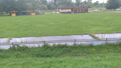 Wasserpfützen, Rasenfläche
