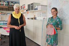Zwei Frauen mit Schals