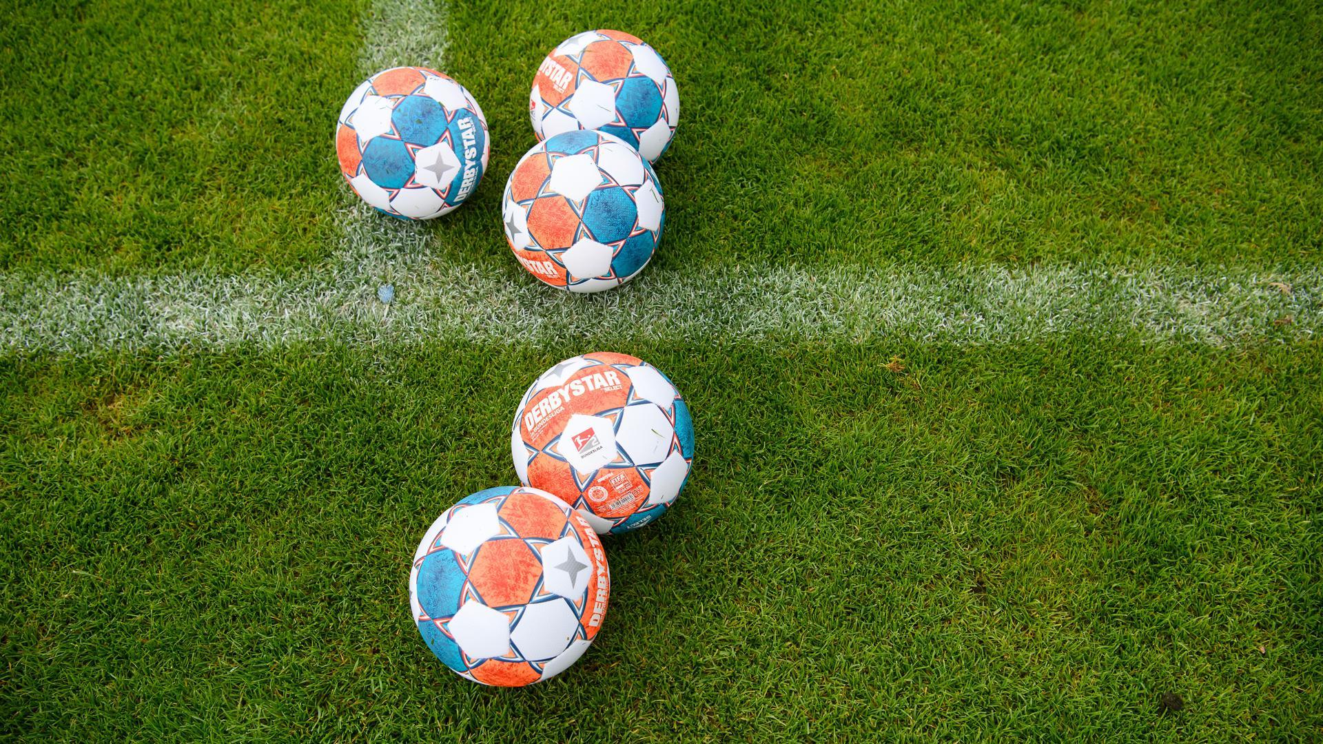 Feature: Spielbaelle Derbystar. Vormittagstraining. GES/ Fussball/ 2. Bundesliga: Karlsruher SC - Trainingslager, 09.07.2021  Football/Soccer: 2. Bundesliga: KSC Trainingscamp, Neukirchen, July 9, 2021