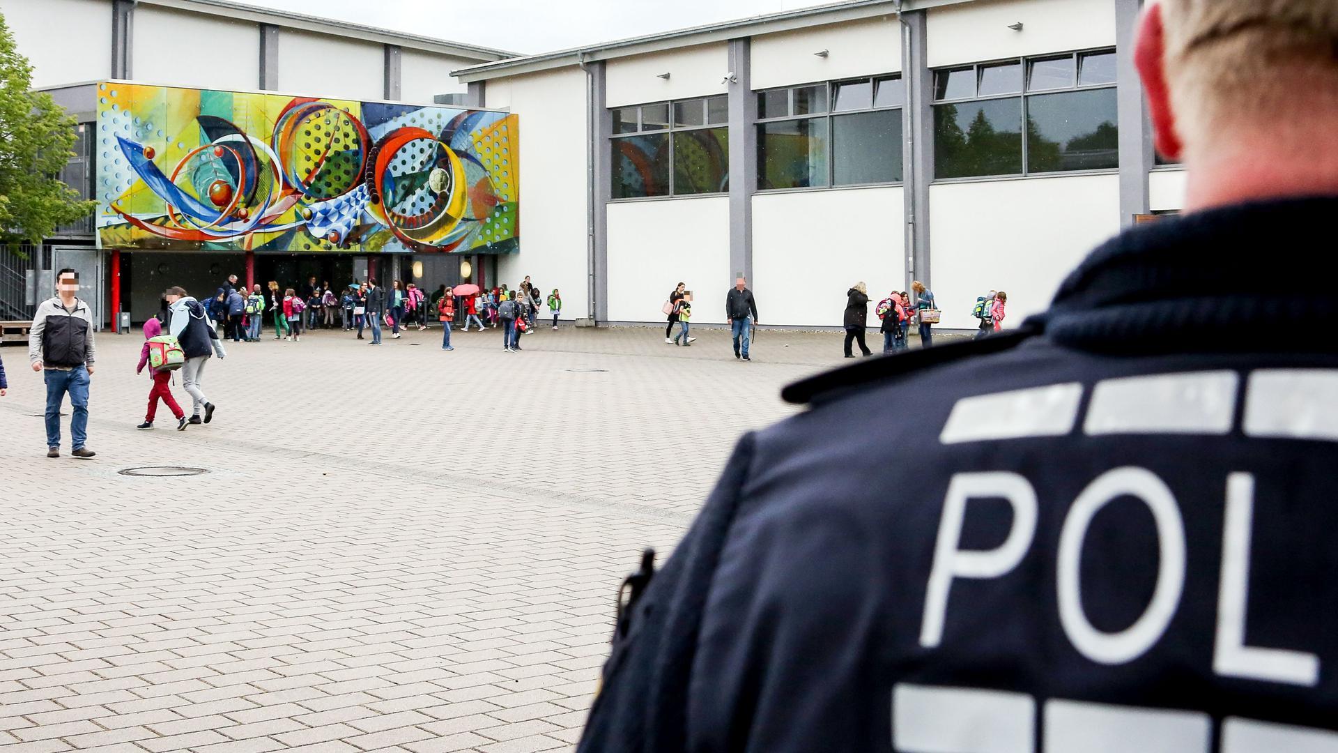 Erneut Großeinsatz an der Brettener Schillerschule: Rund 30 Kinder haben am Montagmorgen erneut über Atemnot und Hautrötungen geklagt.