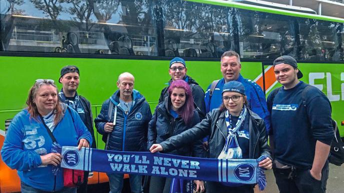 Die KSC-Ordner sind heute privat unterwegs: Sie supporten ihren Verein beim Auswärtsspiel.