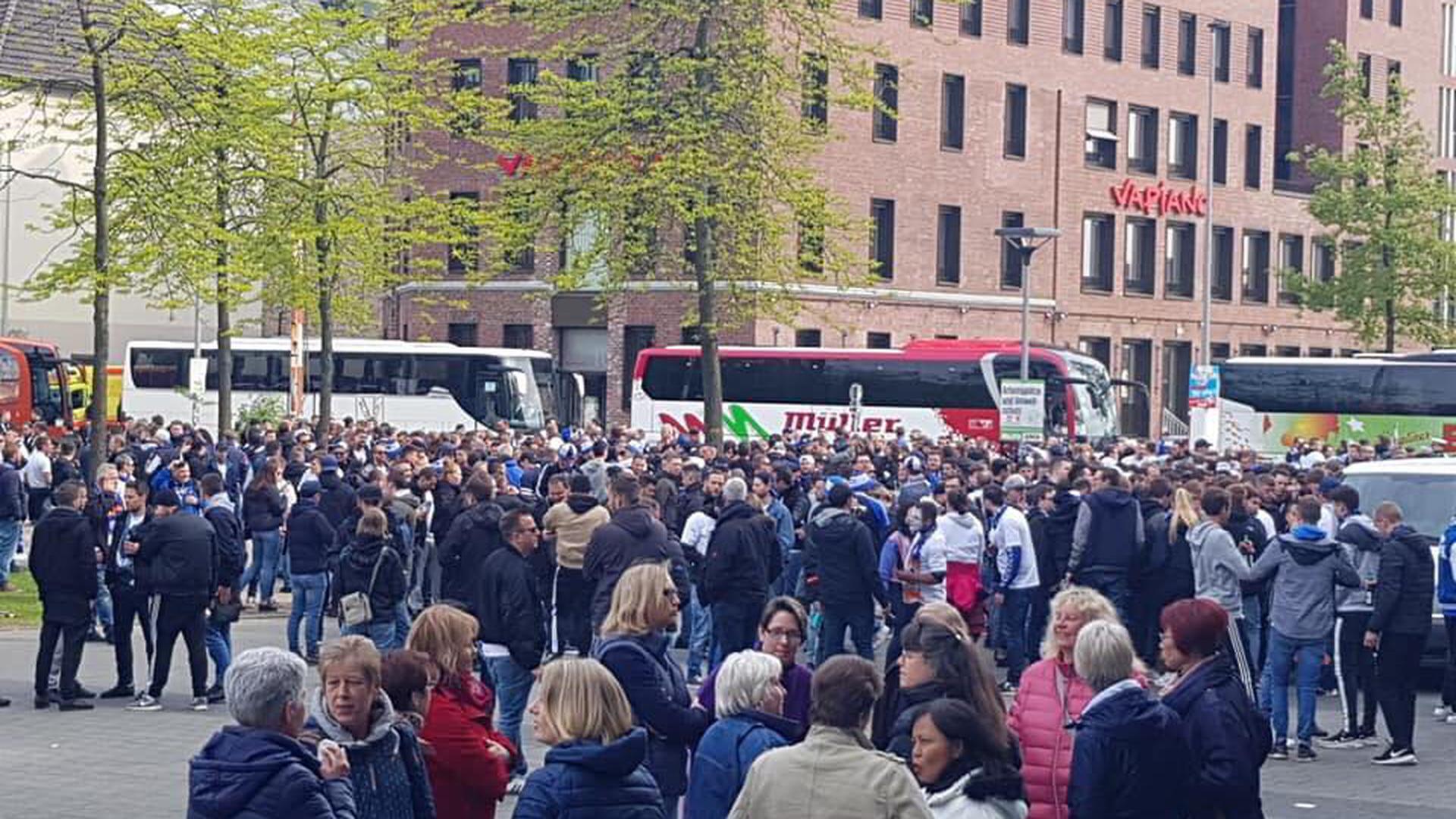 Zahlreiche Fans auf dem Münsterplatz kurz vor dem Marsch ins Stadion.