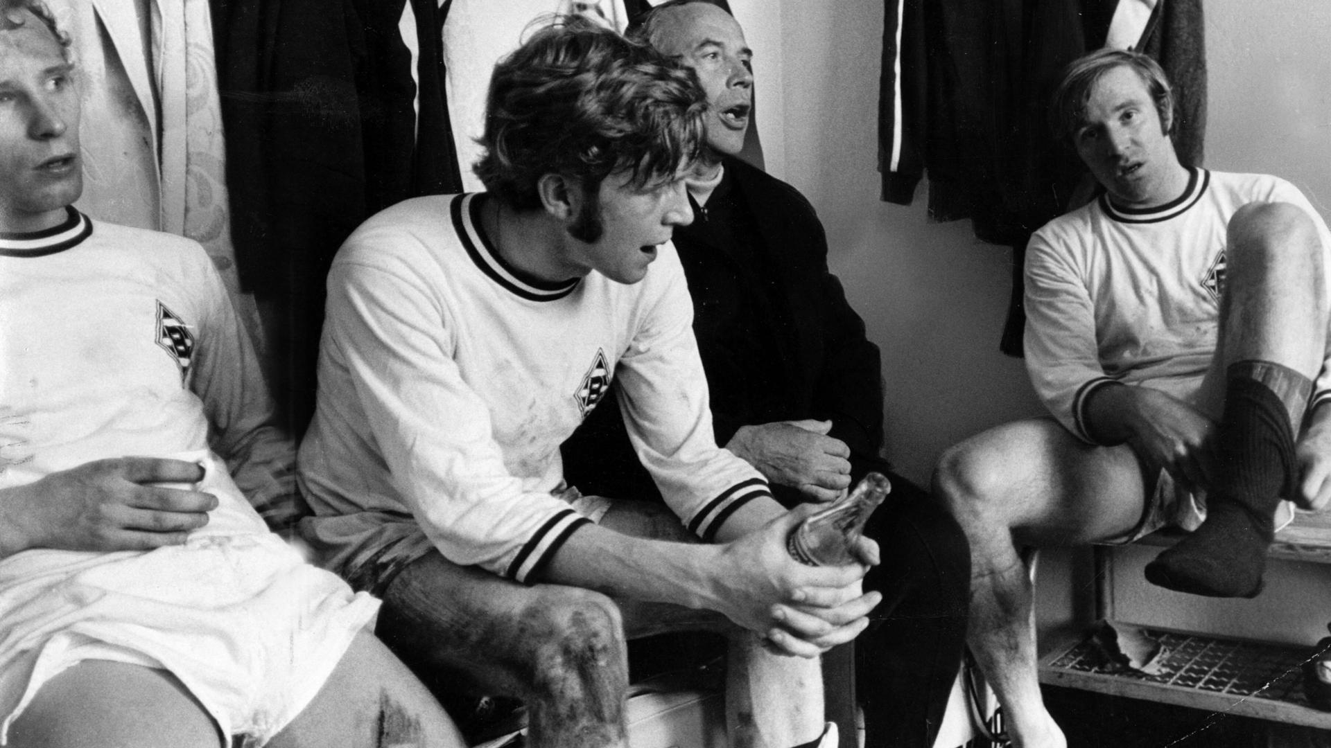 Anno 1970 in der Umkleide von Borussia Mönchengladbach: Winfried Schäfer (links) mit Trainer Hennes Weisweiler und Sportkamerad Günter Netzer.