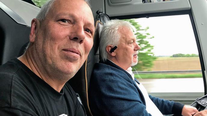 Busorganisator René Meyer und Busfahrer Gerhard Schmälzle.