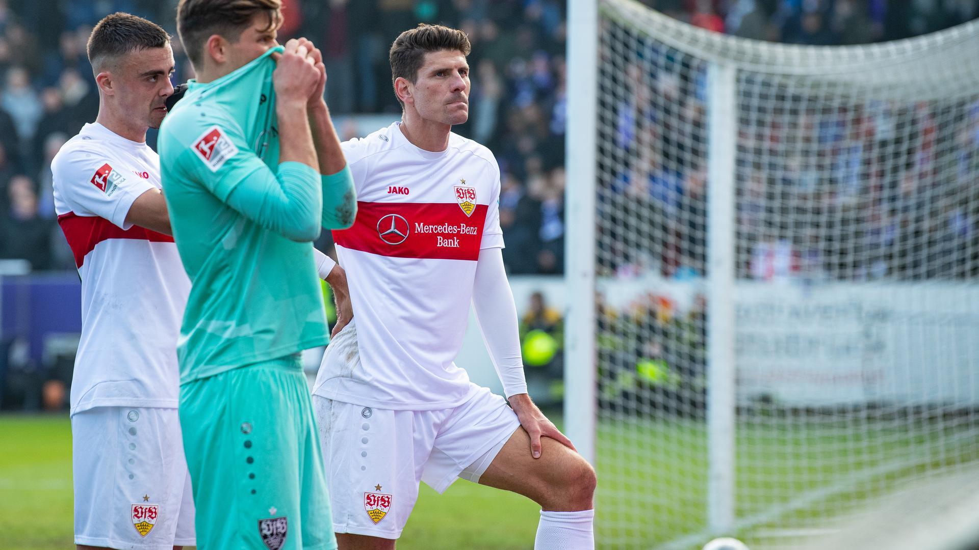 Stuttgarts Spieler Mario Gomez, Torwart Gregor Kobel und Philipp Förster stehen nach dem Spiel vor ihren Fans - und werden anschließend ausgepfiffen.