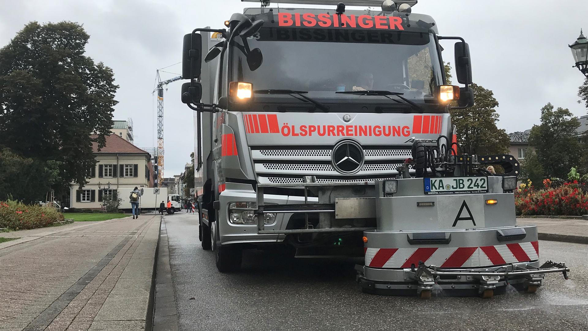Spezialfahrzeuge sind im Einsatz, um die Karlsruher Innenstadt von der Ölspur zu befreien.