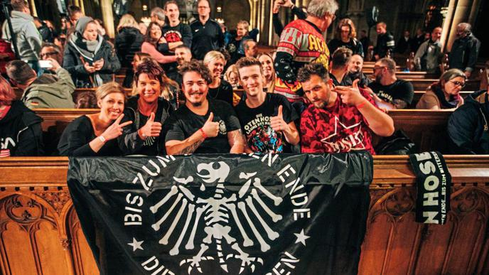 Mit passenden T-Shirts und Fahne ausgestattet kam diese Gruppe nach Speyer.