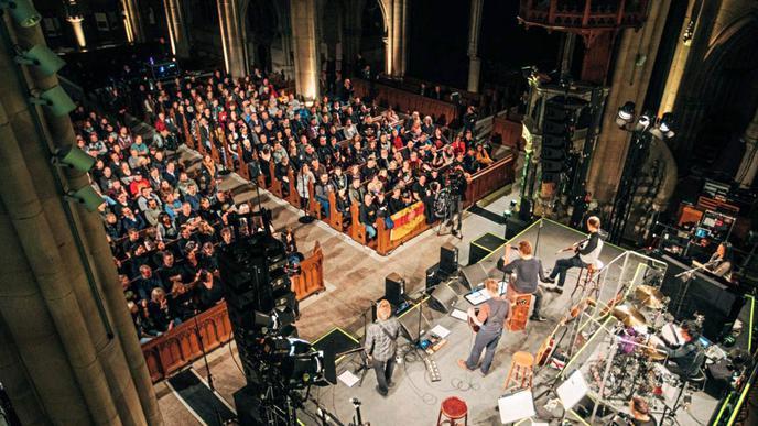 Blick von oben: Für viele der Anwesenden dürfte es ungewohnt sein, bei einem Die-Toten-Hosen-Konzert zu sitzen.