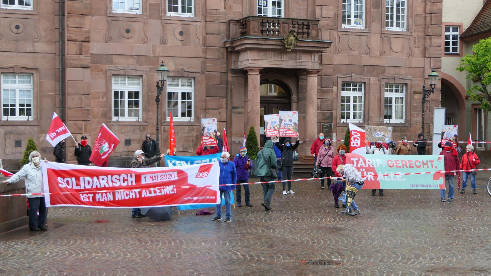 """""""Solidarität ist ansteckend"""" lautete das Motto bei einer 1. Mai-Aktion von 20 Gewerkschaftern vor dem Ettlinger Rathaus."""