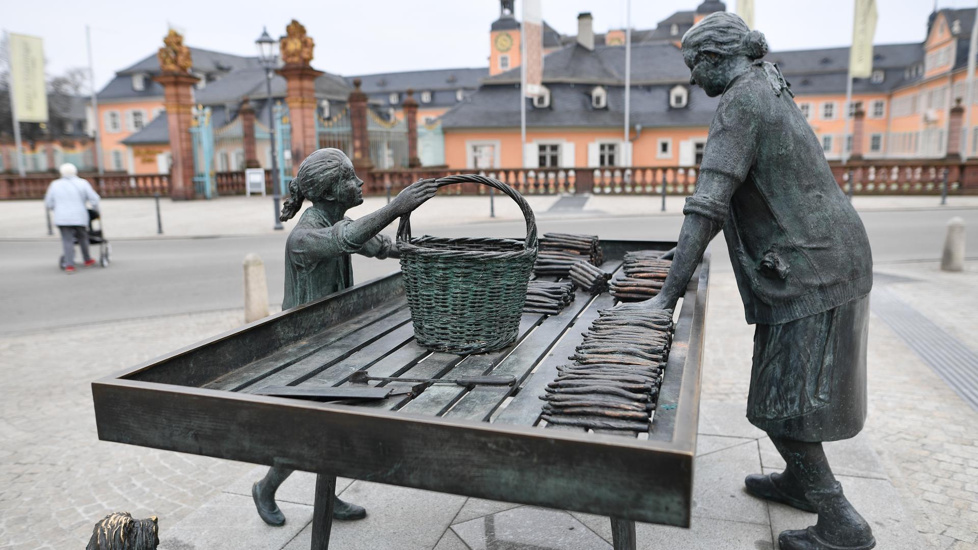 ARCHIV - 26.01.2017, Baden-Württemberg, Schwetzingen: Das Denkmal mit dem Titel «Spargelfrau» steht am vor dem Haupteingang des Schlosses. (zu dpa: «350 Jahre Spargelanbau - Schwetzingen feiert sein «weißes Gold»» vom 19.04.2018) Foto: Uwe Anspach/dpa +++ dpa-Bildfunk +++