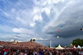 """Dunkle Wolken zogen im vergangenen Jahr über dem """"Mount Klotz"""" auf, während gerade Jennifer Rostock das Publikum einheitzte."""