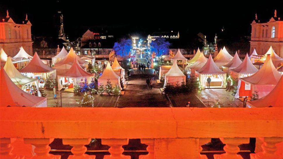Bei der Schlossweihnacht in Rastatt präsentieren sich zahlreiche Gastronomen und Kunsthandwerker in weißen, weihnachtlich geschmückten Pagodenzelten.