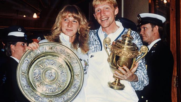 Freudestrahlend präsentieren Steffi Graf und Boris Becker ihre Trophäen nach dem deutschen Doppelerfolg 1989 in Wimbledon.