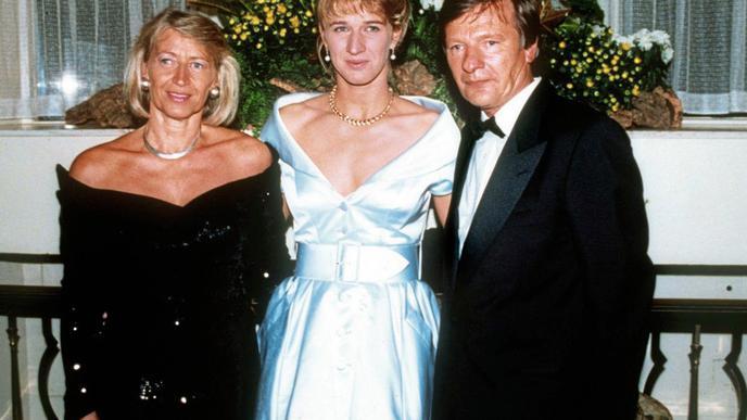 Steffi Graf mit ihren Eltern Heidi und Peter Graf 1995 in Wimbledon