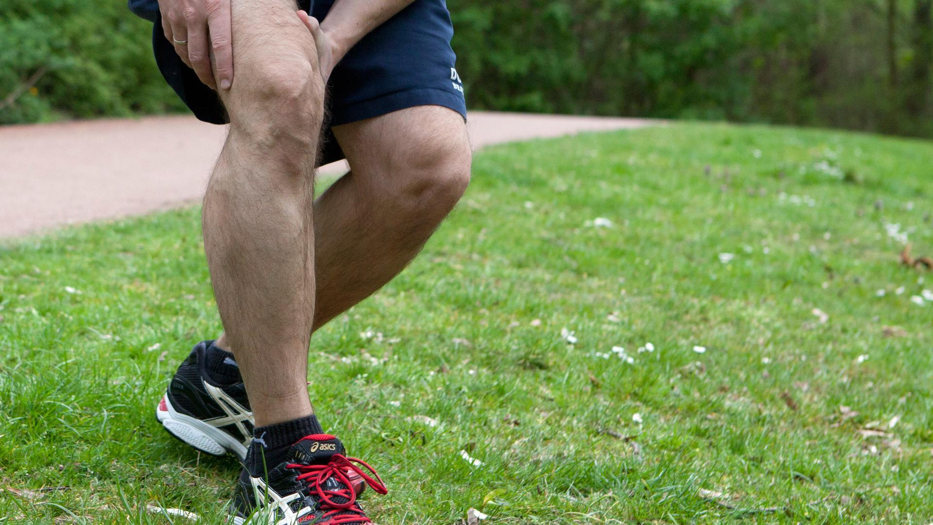 Jogger hält sich Knie
