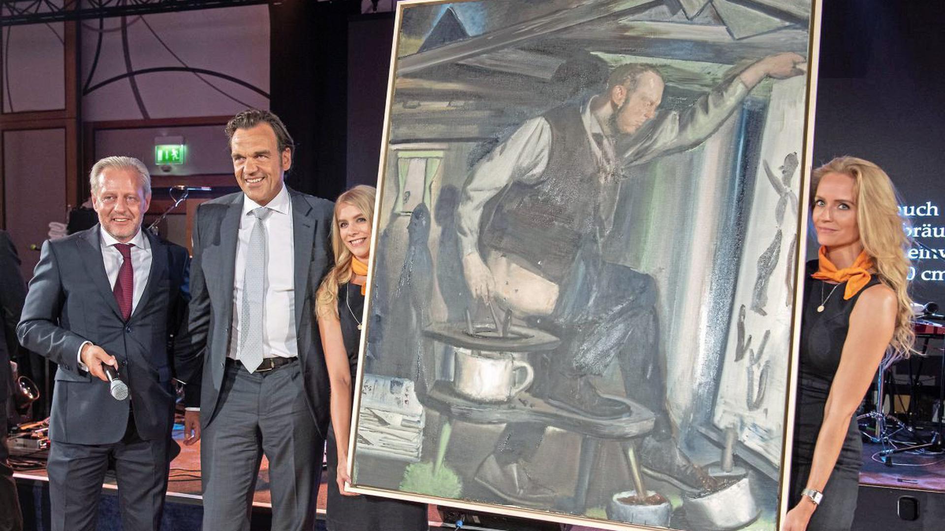 """Zum Ersten, zum Zweiten, zum Dritten: Der Unternehmer Christoph Gröner (Zweiter von links) erwarb für 750.000 Euro Neo Rauchs Gemälde """"Der Anbräuner"""". Darauf dargestellt ist Wolfgang Ullrich als Maler, der mit seiner Kacke auf einer Leinwand dilettiert."""