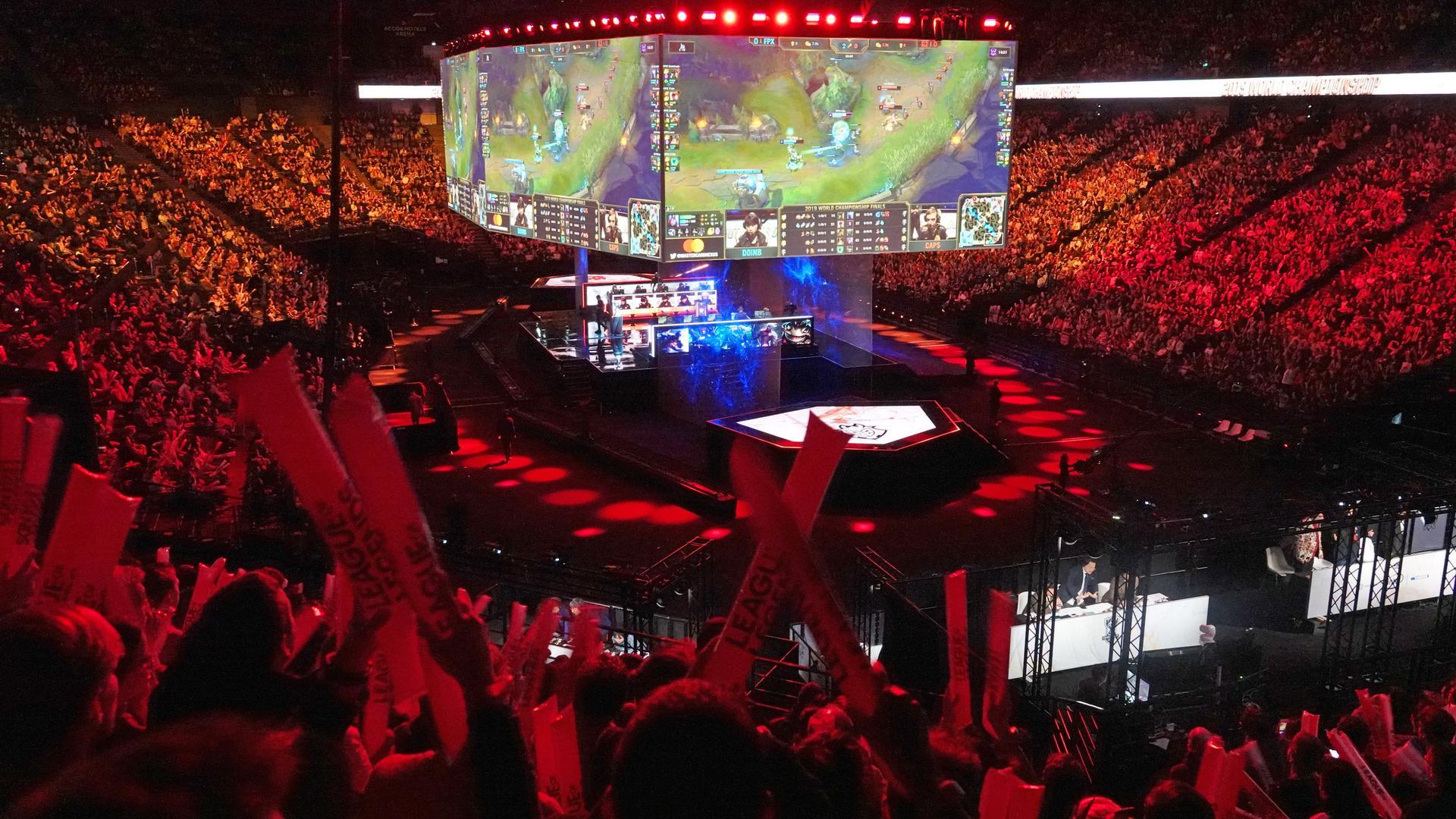 Zuschauer verfolgen auf riesigen Monitoren den Spielverlauf bei der E-Sport WM League of Legends 2019.