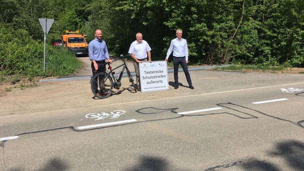 """Im Beisein von Landrat und Bürgermeistern wurde zwischen Zeutern und Östringen Anfang Mai die erste """"Teststrecke Schutzstreifen außerorts"""" im Landkreis Karlsruhe eingerichtet."""