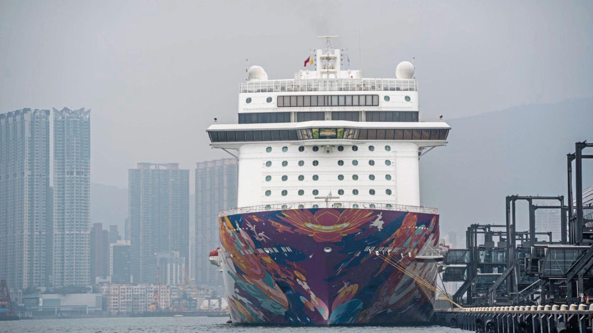 """In Quarantäne: Die """"World Dream"""" liegt in Hongkong, die Gäste dürfen das Schiff nicht verlassen. Auch die """"MS Westerdam"""" legte dort an, durfte aber weiterfahren."""