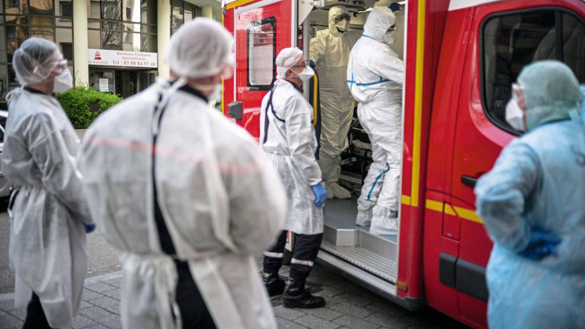 Das Universitätsklinikum Straßburg müsse seit Sonntag pro Stunde einen beatmungspflichtigen Patienten infolge einer Corona-Infektion aufnehmen. Auf der normalen Intensivstation seien alle Einzelzimmer belegt.