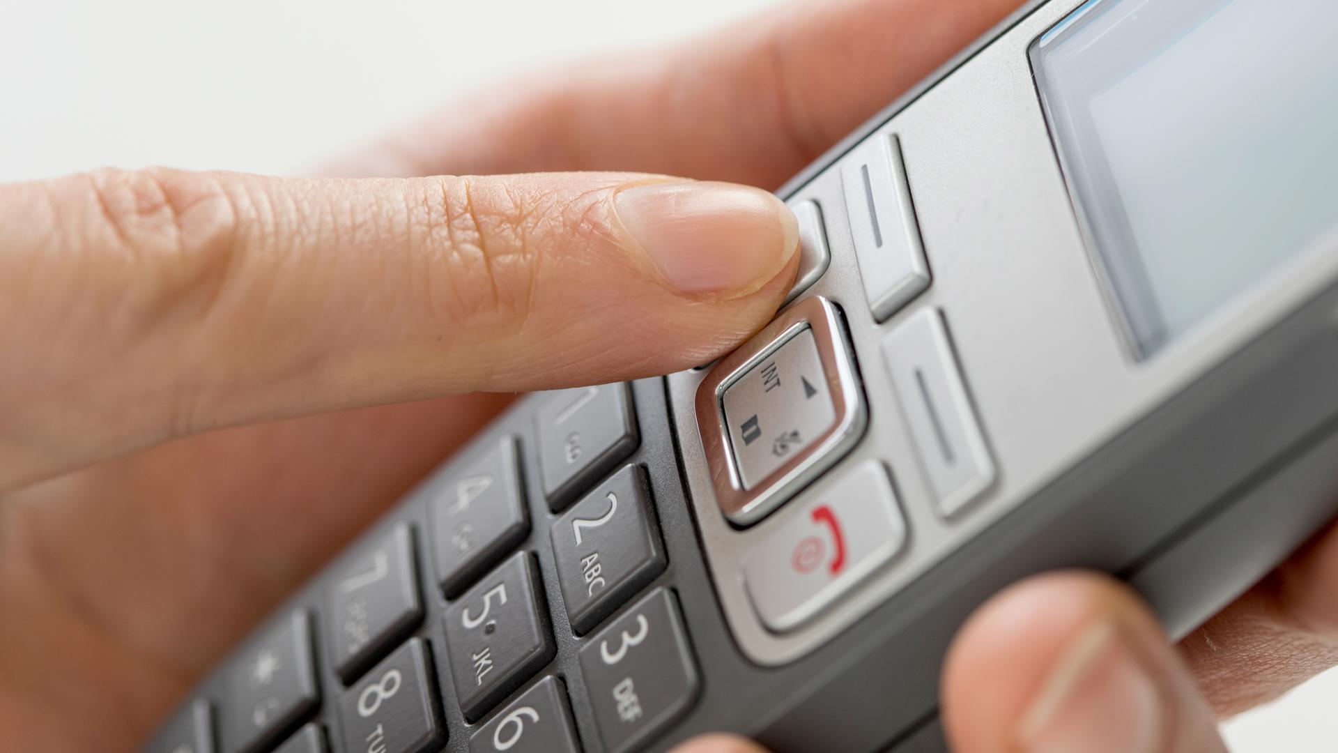 Jemand hält ein Telefon in der Hand.