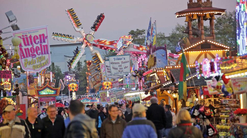Nostalgie und Nervenkitzel - beides gibt es auf der Herbstmess' in vielen Varianten. Bis 7. November können sich die Besucher dem bunten Treiben hingeben.