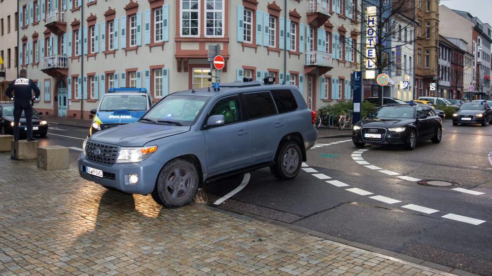 Mit einem speziellen Fahrzeug der Polizei wird Dasbar W. am Donnerstag auf das Gelände des Bundesgerichtshofs in Karlsruhe gefahren.