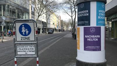 An einer Litfaßsäule in der Kaiserstraße wird zur Nachbarschaftshilfe aufgerufen.