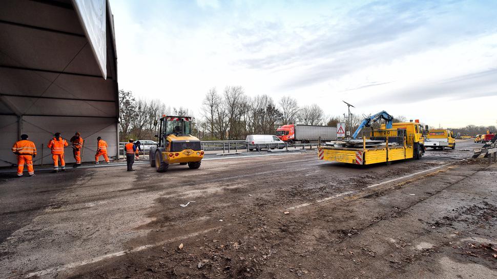 Aus der Baustelle auf der Rheinbrücke Maxau wird nach und nach wieder eine nutzbare Fahrbahn.