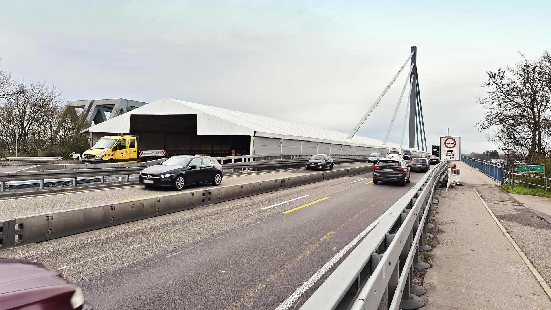 Das Zelt verschwindet von der Fahrbahn der Rheinbrücke. Somit ist diese ab 29. Dezember wieder komplett frei für den Verkehr.