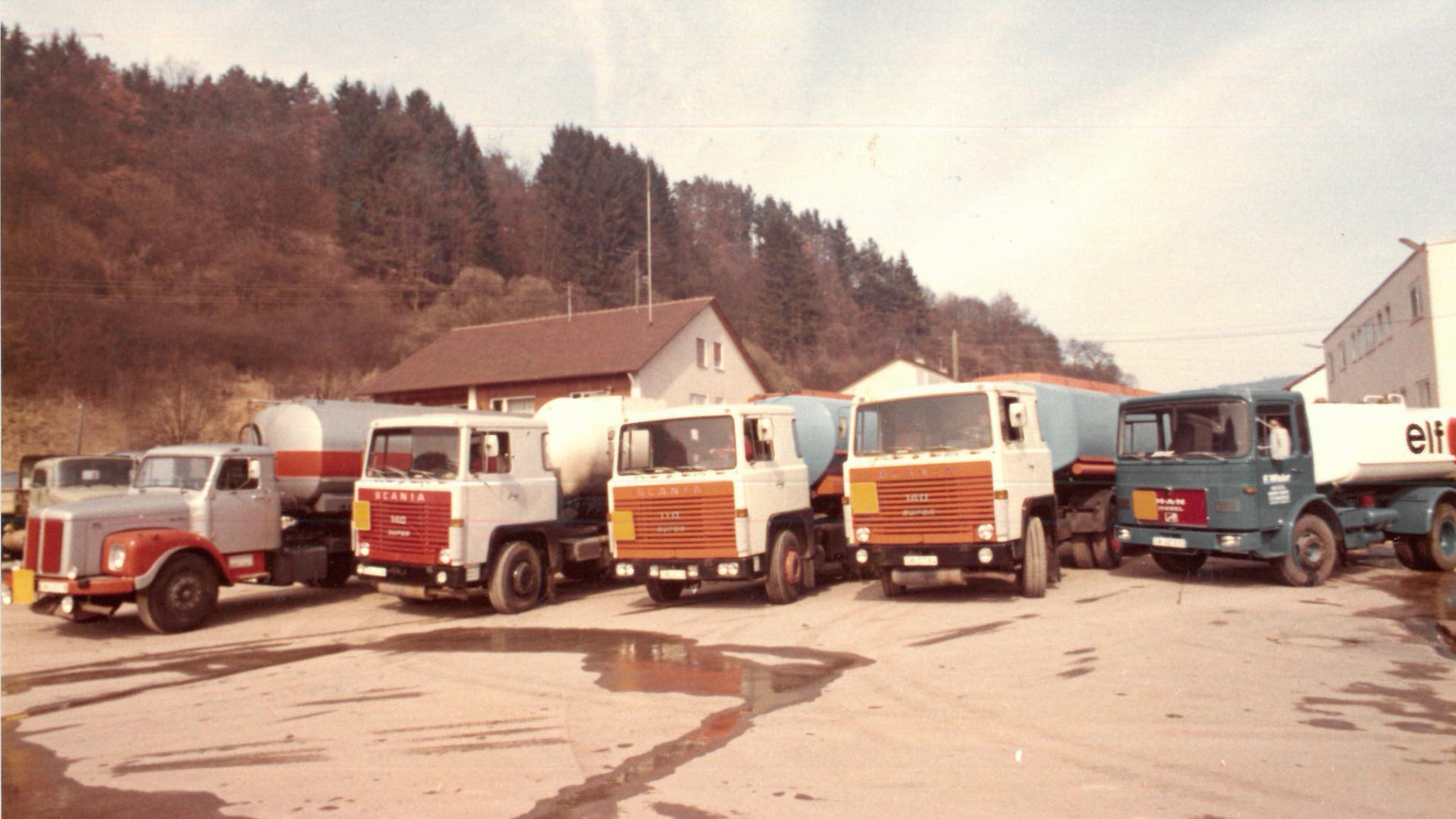 Alte Lastwagen auf einem Werkstatthof