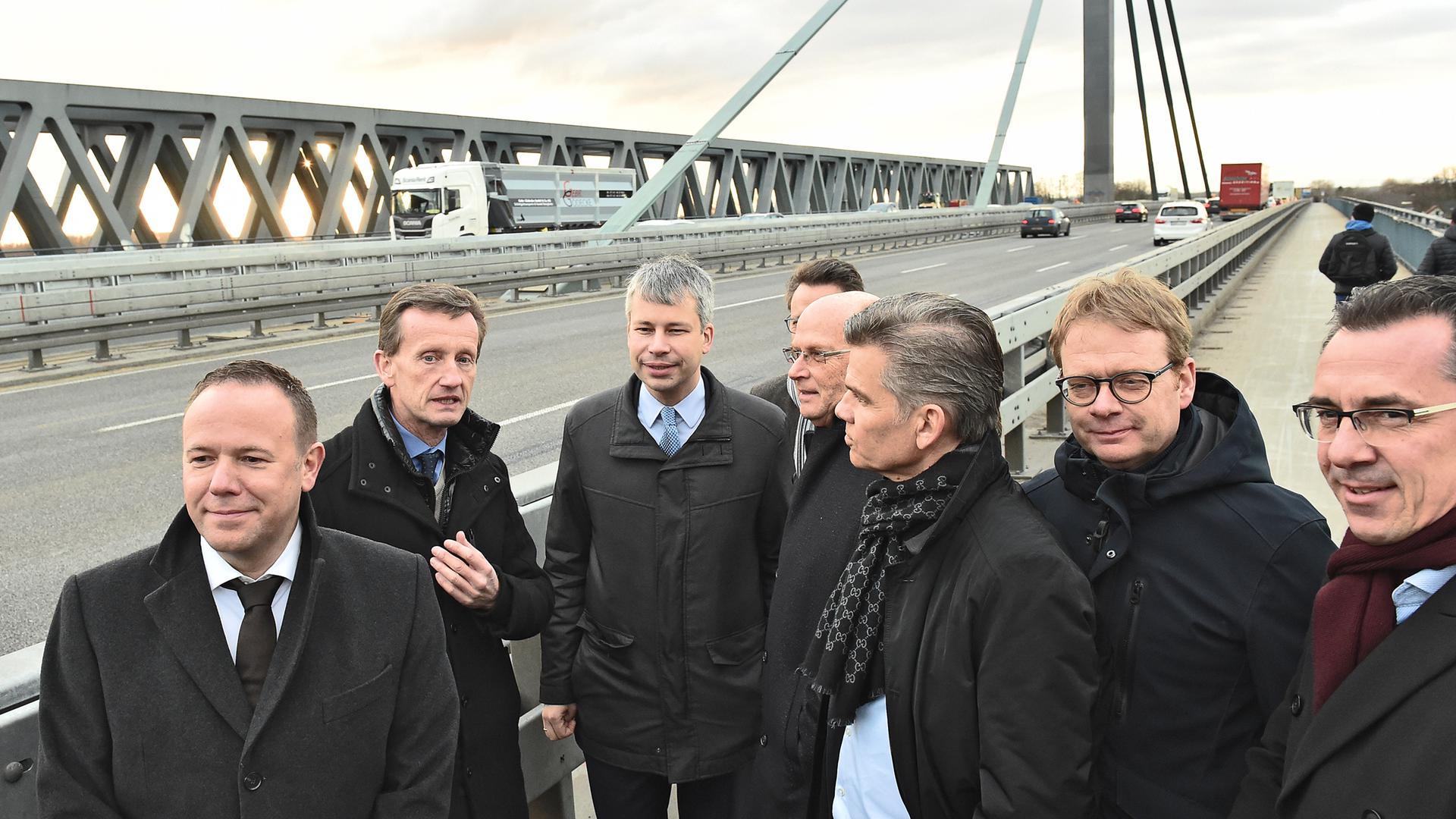 Pläne bekräftigt: Der Parlamentarische Staatssekretär im Bundesverkehrsministerium, Steffen Bilger (Dritter von links) sprach sich bei der Besichtigung der sanierten Rheinbrücke Maxau klar für ein zweites Exemplar aus.