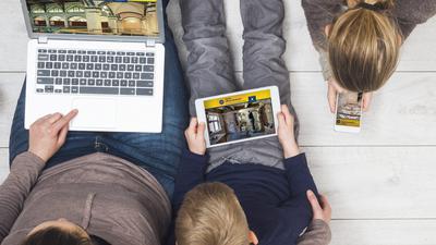Mutter und Kinder am Laptop, Tablet, Handy.
