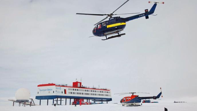 """Der Helikopter der """"Polarstern"""" bringt Gäste vom Schiff zur Station."""