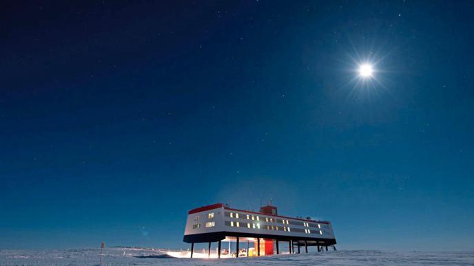 Die Neumayer-Station III kann mittels Hydraulik angehoben werden. Dadurch liegt das Gebäude immer rund sechs Meter über dem Eis.