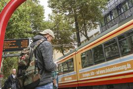 Ab zum Unterricht: Für einige Schüler beginnt am Montag, 4. Mai, wieder der Alltag im Klassenzimmer. Damit sie auch alle pünktlich in die Schulen kommen, fahren die Verkehrsunternehmen in Karlsruhe und Pforzheim ihre Leistungen wieder auf Normalbetrieb hoch.