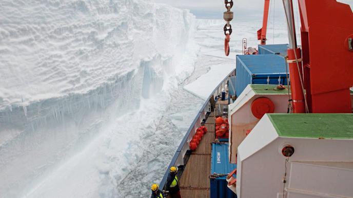 """Das Forschungsschiff """"Polarstern"""" wird an der Schelfeiskante der Atka-Bucht entladen."""