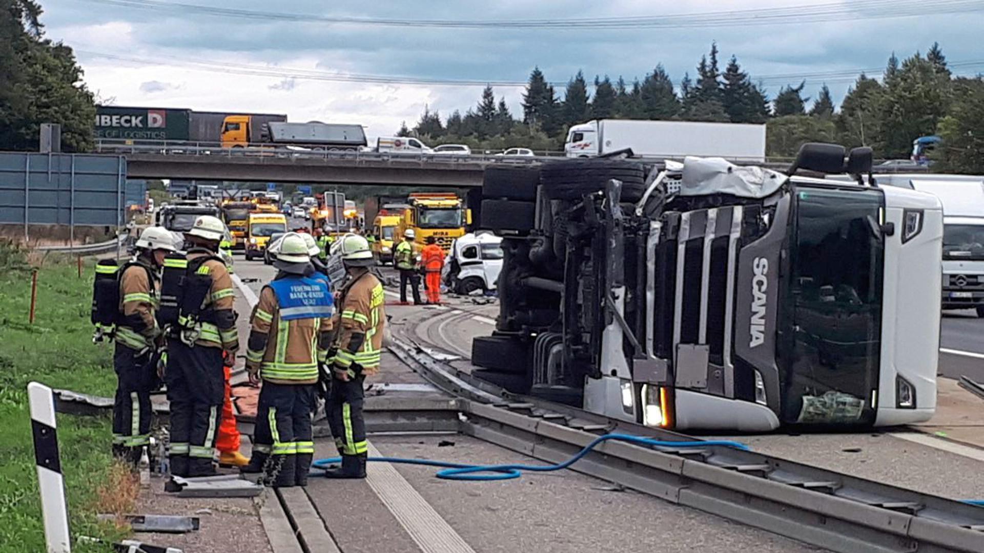 Auf der A5 bei Baden-Baden ist ein Lkw umgekippt.