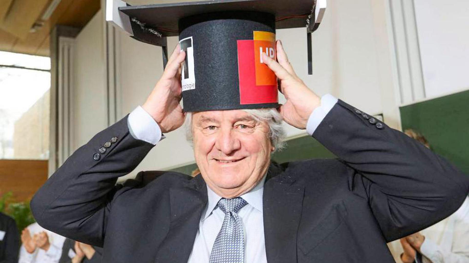 Mit einem Anflug von Rührung nimmt Software-Pionier und Milliardär Hasso Plattner den Ehrendoktor seiner alten Karlsruher Universität entgegen.