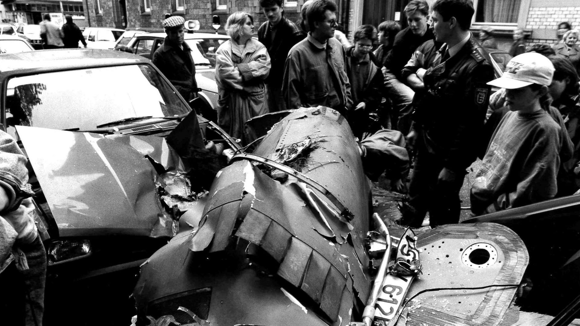Mehr als 100 Autos werden am 17. April 1990 in Karlsruhe durch herabfallende Trümmerteile beschädigt, nachdem zwei kanadische Kampfjets zusammenstoßen.