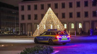 Die Corona Pandemie hat Deutschland und Baden-Württemberg weiter fest im Griff. In Karlsruhe ist in den Abendstunden nur wenig los. Einzelne Gruppen versammeln sich. Die Polizei fährt Streife und Kontrolle. Advent und Weihnachten am Schloss und der Innenstadt Karlsruhe.