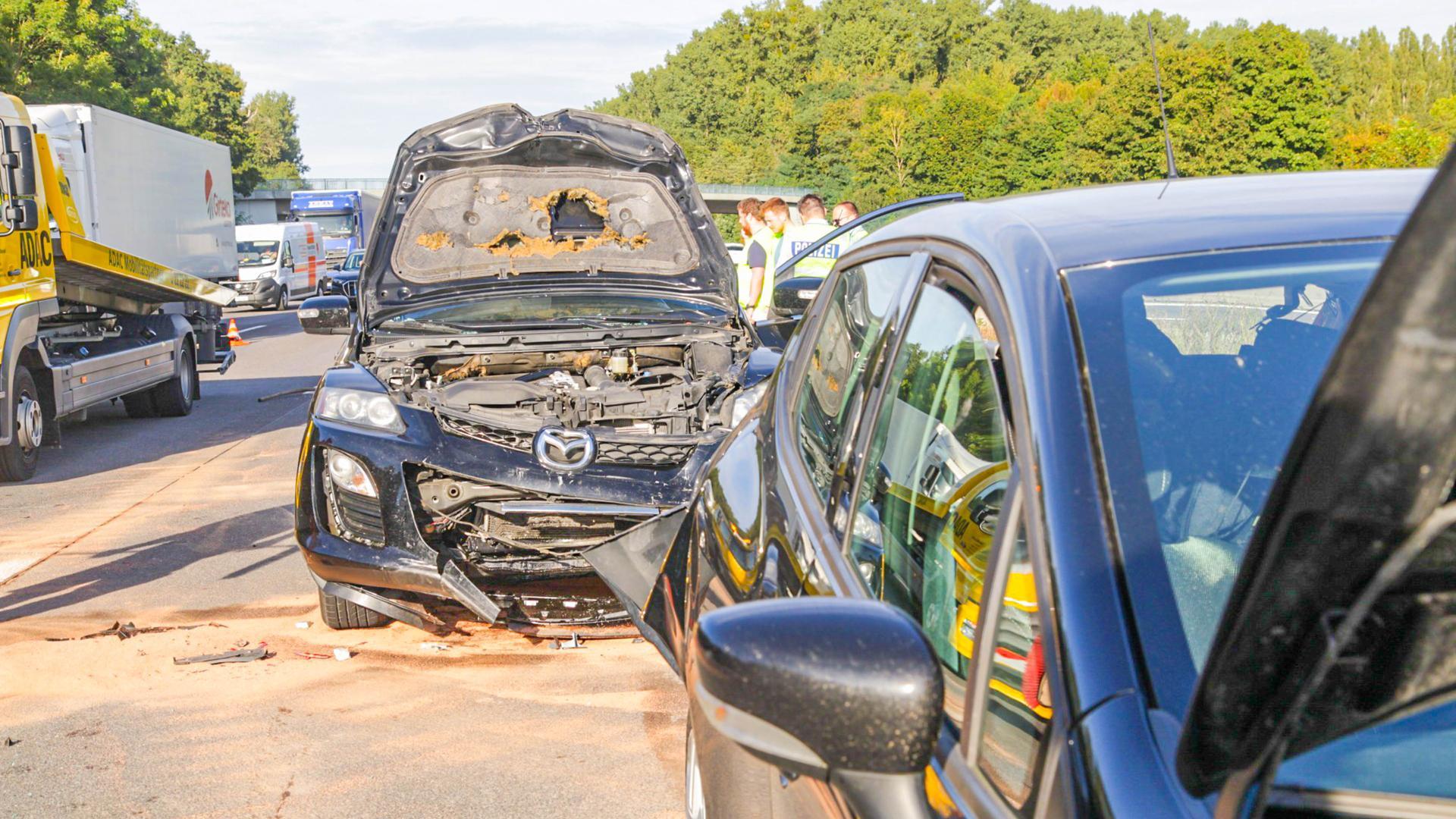 Bei dem Unfall in Fahrtrichtung Süden waren zwei Fahrzeuge beteiligt. Laut Polizei wurde ein Mensch dabei leicht verletzt. Auf der Gegenfahrbahn ereignete sich wenige hundert Meter südlich ein weitere Unfall, allerdings in die andere Richtung. Dort waren vier Fahrzeuge beteiligt.