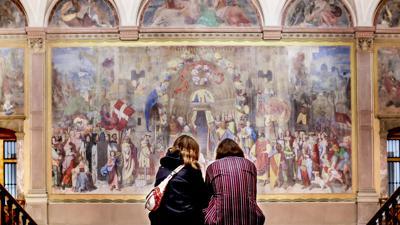 Zwei Besucherinnen im Foyer der Kunsthalle Karlsruhe